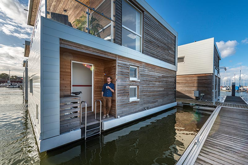 Das moderne Floating House Float 100 angedockt am Hafen.